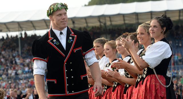 Eidgenössisches Schwingfest Burgdorf 2013; Schwingen: Stolzer König Matthias Sempach. © Andreas Blatter
