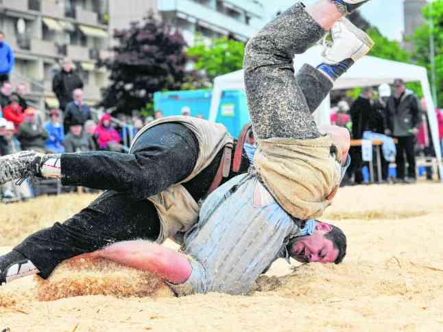Kantonales Schwingfest in Romont:  Michael Nydegger (hinten) besiegt im Schlussgang seinen Kontrahenden Rolf Kropf. Foto: FN / Aldo Ellena, Romont, 26.05.2013