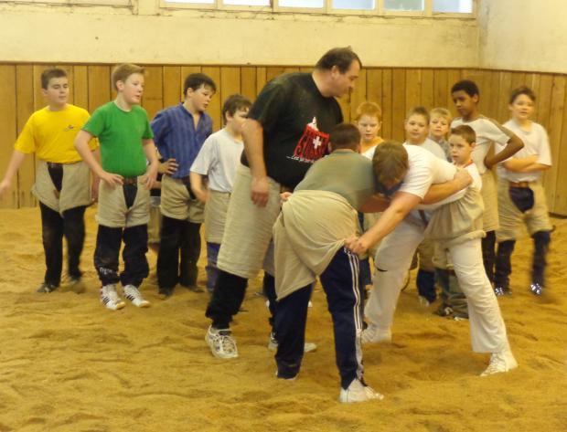 Ernst Schläpfer beim Training mit Jungschwingern